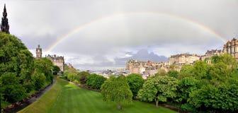 Arc-en-ciel au-dessus des jardins de rue de princesse à Edimbourg Photo stock
