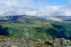 L'arc-en-ciel au-dessus des montagnes pendant le sunsetin la région sauvage de la Norvège deux Photographie stock libre de droits