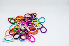 L'arc-en-ciel coloré de fond colore le métier à tisser de bandes élastiques photo stock