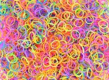 L'arc-en-ciel coloré de fond colore le métier à tisser de bandes élastiques Image libre de droits