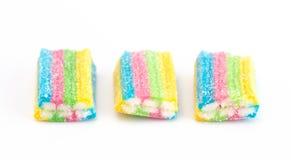 L'arc-en-ciel a coloré la sucrerie remplie de la crème blanche photo libre de droits