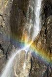 L'arc-en-ciel croise la cascade chez Yosemite Photographie stock