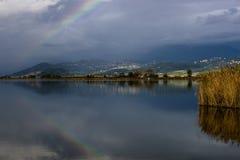 L'arc-en-ciel est reflété dans les eaux du lac Massaciuccoli, Lucques, Toscane, Italie image libre de droits