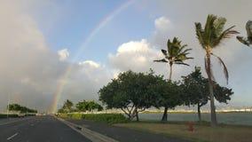 L'arc-en-ciel a frappé la route Hawaï photographie stock libre de droits