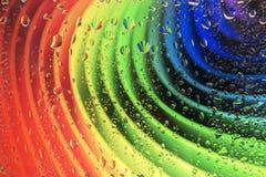 L'arc-en-ciel se compose du carton et des gouttes de pluie sur le verre Photo libre de droits