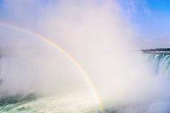 L'arc-en-ciel se lève de Niagara Falls Image libre de droits
