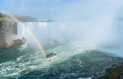 L'arc-en-ciel se lève de Niagara Falls Photographie stock