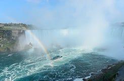 L'arc-en-ciel se lève de Niagara Falls Image stock