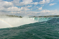 L'arc-en-ciel se lève de Niagara Falls Photo libre de droits