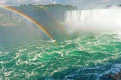 L'arc-en-ciel se lève de Niagara Falls Photo stock