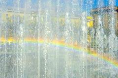 L'arc-en-ciel sur le mur transparent de la fontaine voyage en jet dans le St Petersbourg photos libres de droits