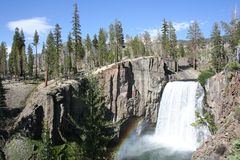 L'arc-en-ciel tombe aux lacs gigantesques Images libres de droits