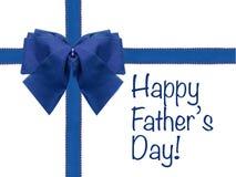 L'arc et le ruban bleus heureux du jour de père ont isolé le présent enveloppé par blanc Photo stock