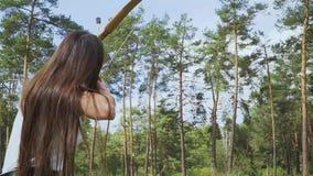 L'archer féminin lance la flèche dans le ciel banque de vidéos