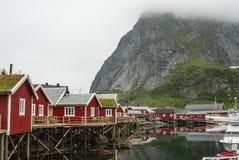 L'archipel de Lofoten en Norv?ge du nord un jour brumeux gris image stock