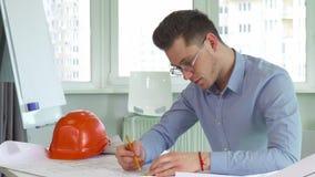 L'architecte dessine le projet au bureau banque de vidéos