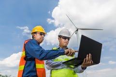 , L'architecte et l'ingénieur masculins utilisent l'ordinateur portable image libre de droits