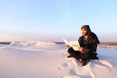 L'architecte masculin arabe bel regarde des documents et s'assied sur SA photographie stock libre de droits