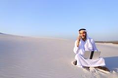 L'architecte masculin musulman réussi communique au téléphone avec le clie Photo libre de droits