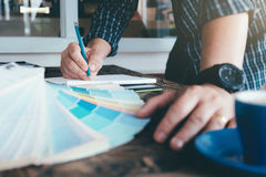 L'architecte ou le dessinateur d'intérieurs sélectionne des tons de couleur pour des RP de maison images stock