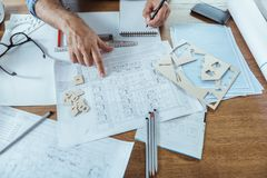 L'architecte professionnel s'assied sur le lieu de travail Images libres de droits