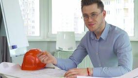 L'architecte sourit à la table banque de vidéos