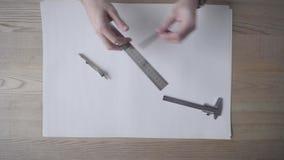L'architecte, un étudiant, commence à travailler des dessins clips vidéos