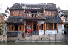 L'architecture chinoise, bâtiments rayant les canaux de l'eau à la ville de Xitang dans la province de Zhejiang images stock