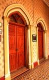 L'architecture de Revial de tudor a dénommé des portes dans le palais de Bangalore photos libres de droits