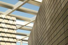 L'architecture forme des grilles qui encadre le ciel image stock