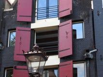 L'architecture historique de la ville en pierre d'Amsterdam aux Pays-Bas, l'image est bourdonnée dedans photo stock