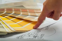 L'architetto arredatore sceglie il colore delle pareti immagine stock libera da diritti