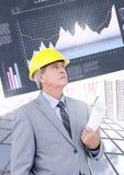 L'architetto e gli edifici alti della costruzione dell'uomo d'affari con finanza economica tracciano una carta del fondo Fotografie Stock