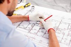 L'architetto maschio abile sta proiettando la costruzione Immagine Stock