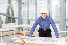 L'architetto maturo professionista è progettare nuova Immagine Stock
