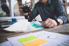 L'architetto o l'architetto arredatore seleziona i toni di colore per il PR della casa Fotografia Stock