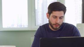 L'architetto prende una rottura sul lavoro archivi video