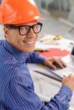 L'architetto senior allegro sta lavorando a nuovo Immagini Stock