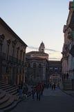 L'architettura della città al crepuscolo sembra misteriosa Le vecchie vie sono in qualunque momento piene dei turisti dell'anno Fotografie Stock Libere da Diritti