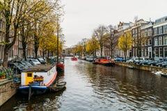 L'architettura di olandese alloggia la facciata e le case galleggianti a Amsterdam Immagine Stock Libera da Diritti