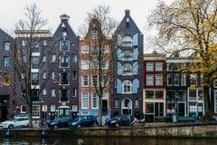 L'architettura di olandese alloggia la facciata e le case galleggianti a Amsterdam Immagine Stock