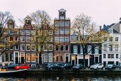 L'architettura di olandese alloggia la facciata e le case galleggianti a Amsterdam Fotografie Stock
