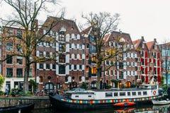 L'architettura di olandese alloggia la facciata e le case galleggianti a Amsterdam Immagini Stock