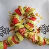 L'arco del nastro ha modellato l'insalata su un piatto bianco fotografia stock