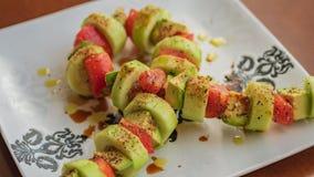 L'arco del nastro ha modellato l'insalata su un piatto bianco fotografia stock libera da diritti