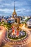 L'arco dell'ingresso (cerchio di Odeon) e tempio dorato di Buddha Immagine Stock