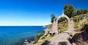 L'arco della pietra dell'entrata nell'isola di Taquile, Perù del sud Fotografia Stock Libera da Diritti