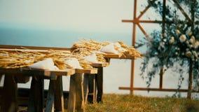L'arco di legno di festa sui precedenti del mare, decorati con l'autunno fiorisce archivi video