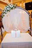 L'arco di nozze di Eautiful per il matrimonio ha decorato con il tessuto del pizzo Fotografie Stock