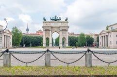 L'arco di pace Porta Sempione a Milano, Italia fotografie stock libere da diritti